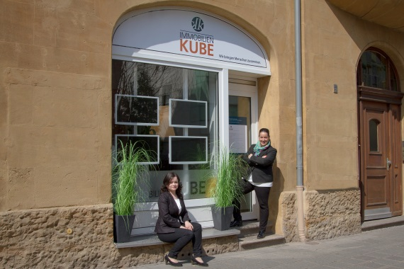 Kerstin Kube und Tatjana Krause vor Immobilien Kube GmbH Büro